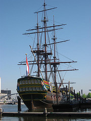 salah satu kapal yang dipakai VOC, bisa untuk dagang, perang juga jadi
