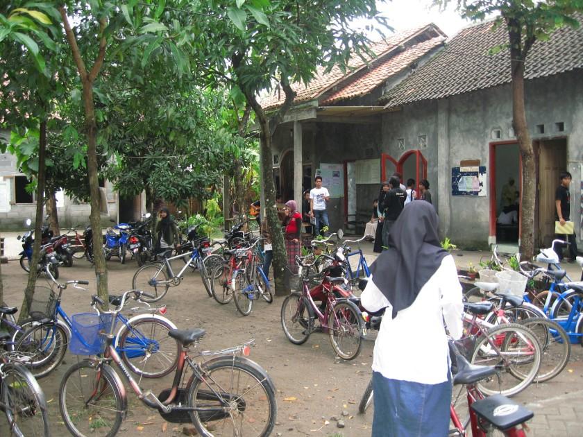sepeda menjadi alat transportasi utama bagi anak kursusan