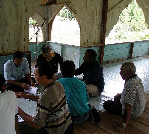 Beberapa orang sedang berdiskusi di Meunasah