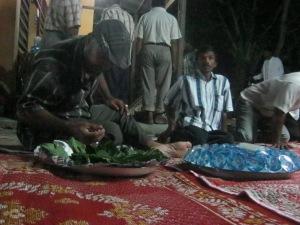 Seorang warga sedang mengambil sirih dalam acara Duek Pakat. Dok: Iqbal