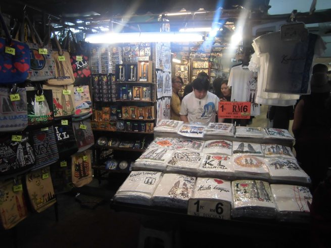 Pernak-pernik yang dijual di Petaling Street