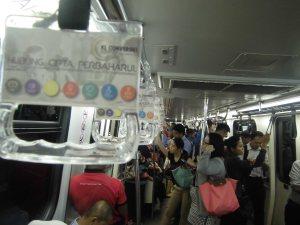 MRT penuh dengan pekerja pada jam pulang